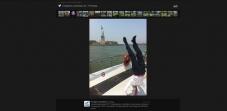 Pino Prodigia en New York en barco ante la Estatua de la Libertad